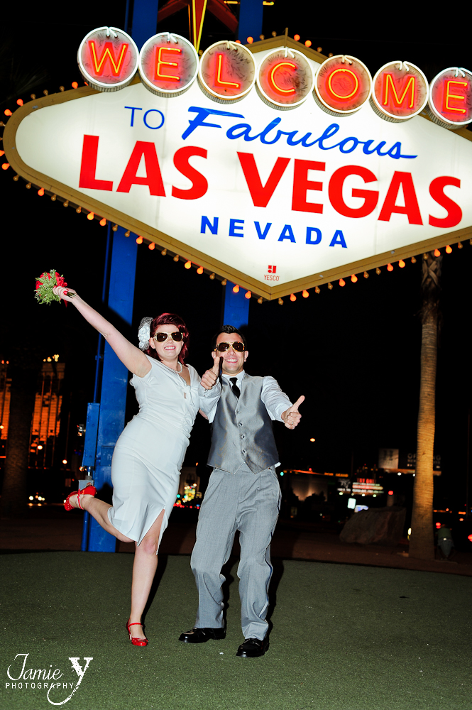 wedding picture at welcome to las vegas sign
